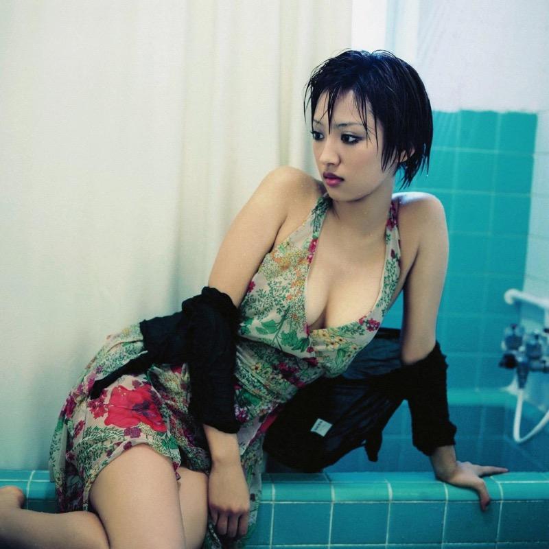 【夏菜グラビア画像】アラサーになってもショートヘアが似合って可愛いスレンダー美人女優