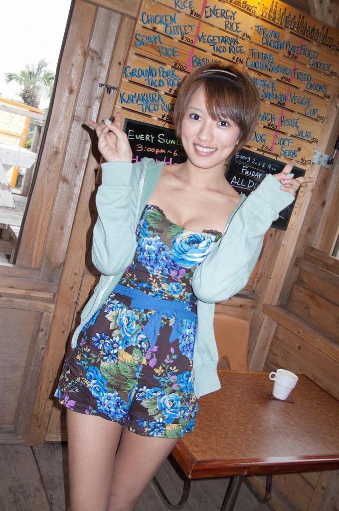 【夏菜グラビア画像】アラサーになってもショートヘアが似合って可愛いスレンダー美人女優 15
