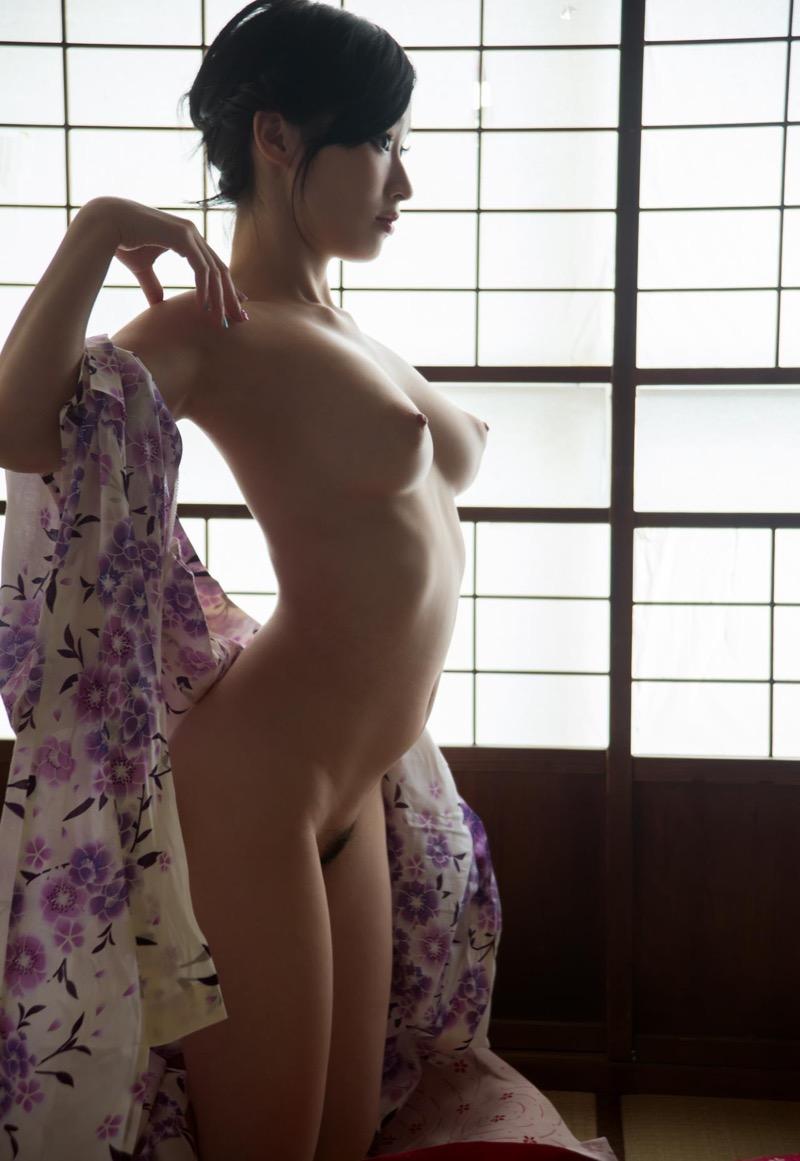 【和服エロ画像】浴衣や着物を着崩しながらチンポを咥え込んでハメまくる着衣セックス画像 19