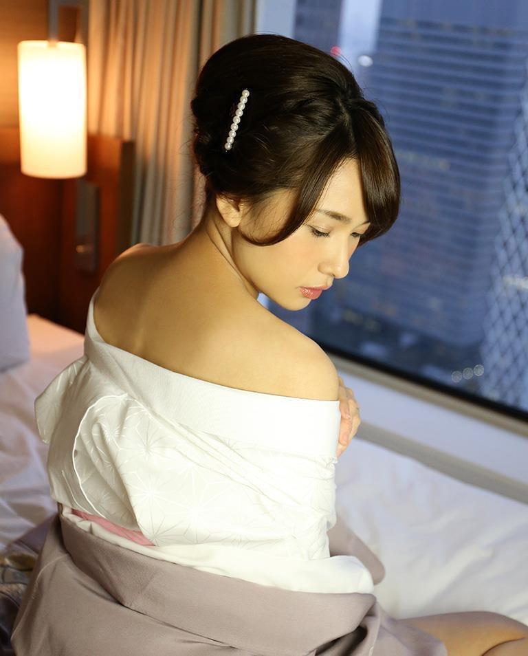 【和服エロ画像】浴衣や着物を着崩しながらチンポを咥え込んでハメまくる着衣セックス画像 36