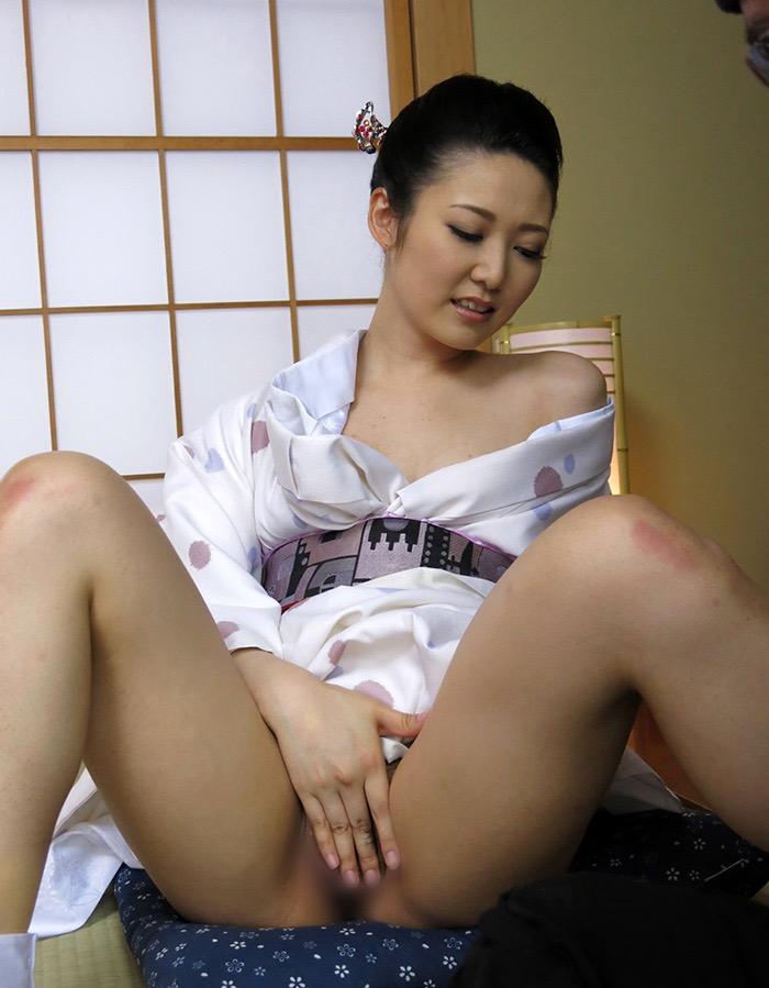 【和服エロ画像】浴衣や着物を着崩しながらチンポを咥え込んでハメまくる着衣セックス画像 45