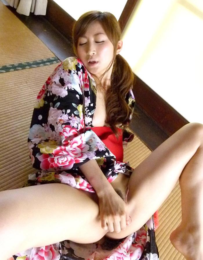 【和服エロ画像】浴衣や着物を着崩しながらチンポを咥え込んでハメまくる着衣セックス画像 46