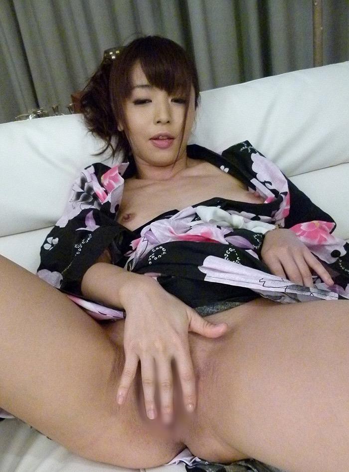 【和服エロ画像】浴衣や着物を着崩しながらチンポを咥え込んでハメまくる着衣セックス画像 50