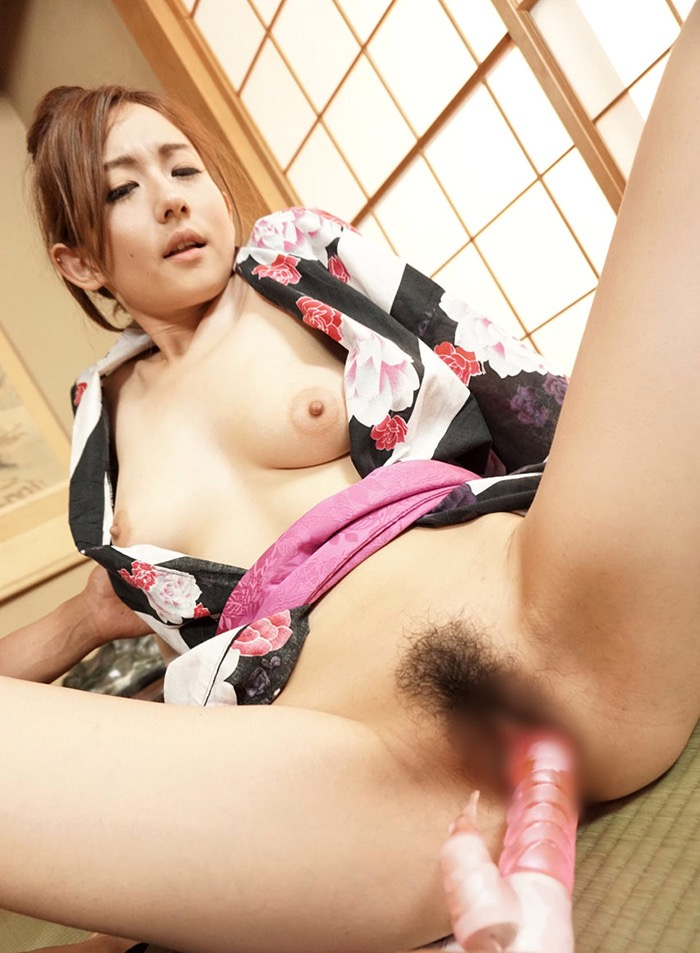 【和服エロ画像】浴衣や着物を着崩しながらチンポを咥え込んでハメまくる着衣セックス画像 52