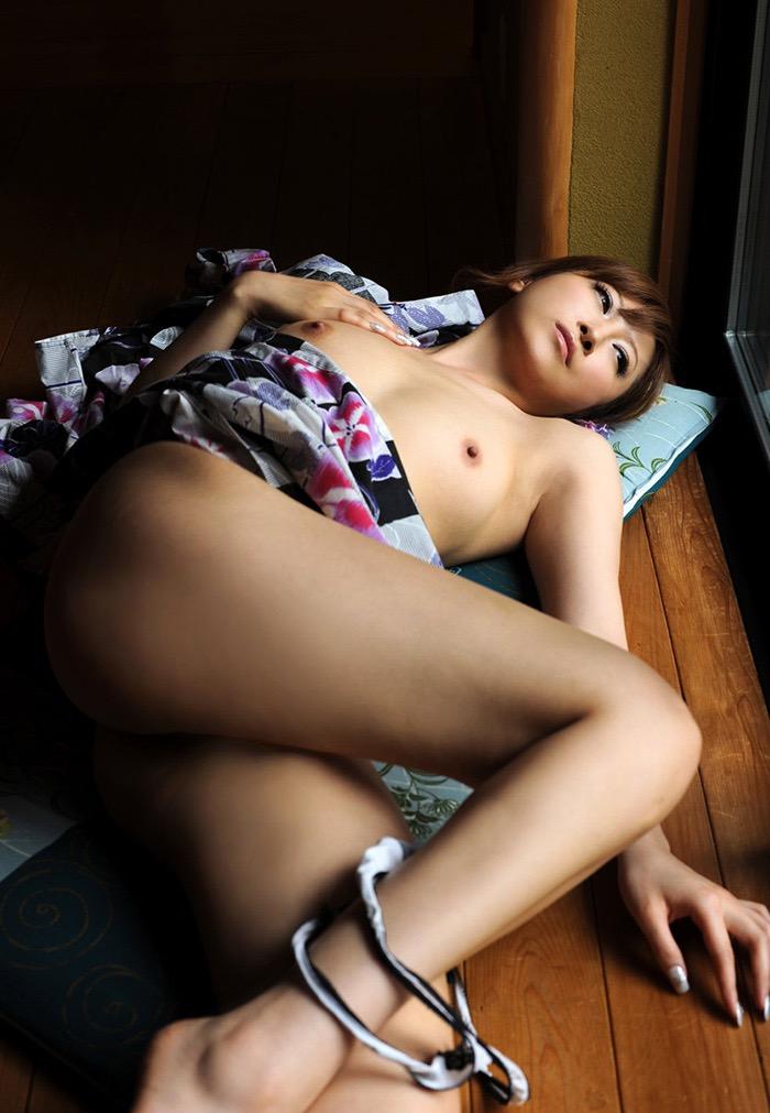 【和服エロ画像】浴衣や着物を着崩しながらチンポを咥え込んでハメまくる着衣セックス画像 61