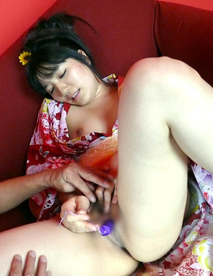 【和服エロ画像】浴衣や着物を着崩しながらチンポを咥え込んでハメまくる着衣セックス画像 80