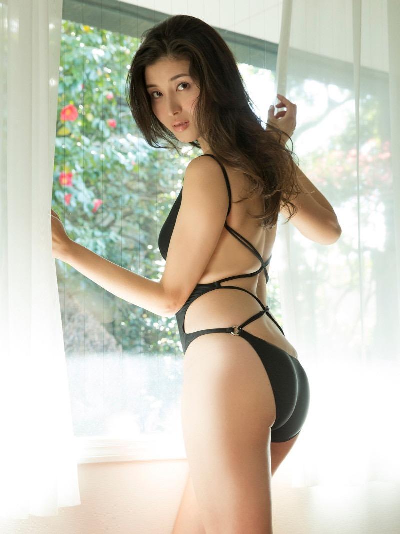 【橋本マナミグラビア画像】艶めかしい色気が魅力的なGカップ美熟女のセックスみたいなエロ写真 03