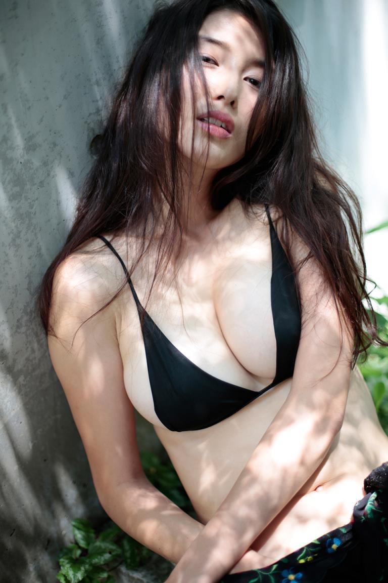 【橋本マナミグラビア画像】艶めかしい色気が魅力的なGカップ美熟女のセックスみたいなエロ写真 05