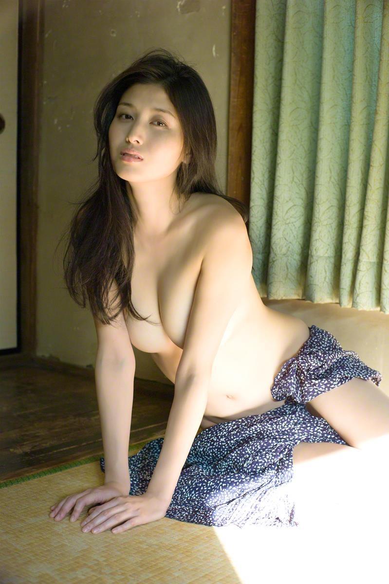 【橋本マナミグラビア画像】艶めかしい色気が魅力的なGカップ美熟女のセックスみたいなエロ写真 11