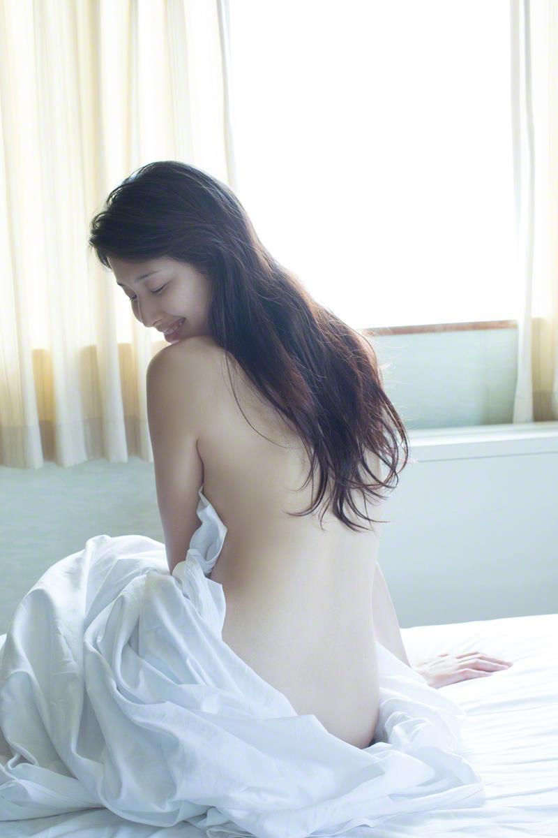 【橋本マナミグラビア画像】艶めかしい色気が魅力的なGカップ美熟女のセックスみたいなエロ写真 12