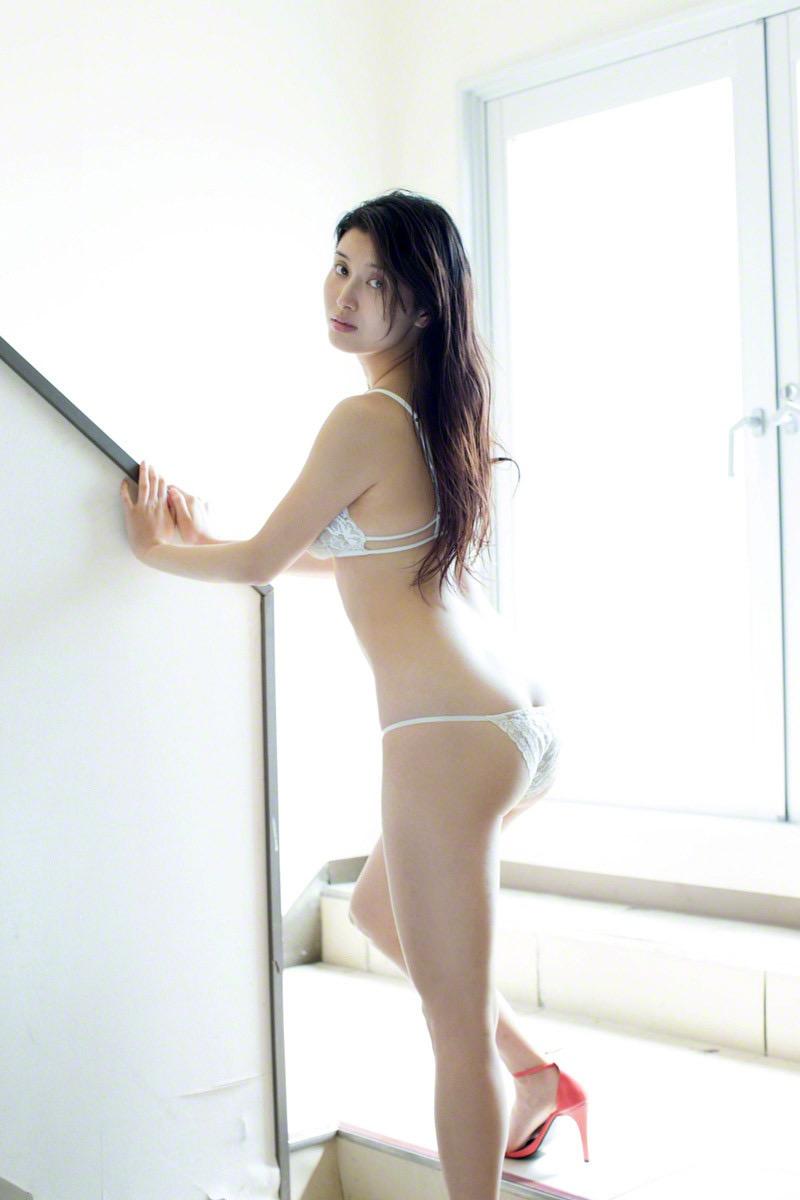 【橋本マナミグラビア画像】艶めかしい色気が魅力的なGカップ美熟女のセックスみたいなエロ写真 13