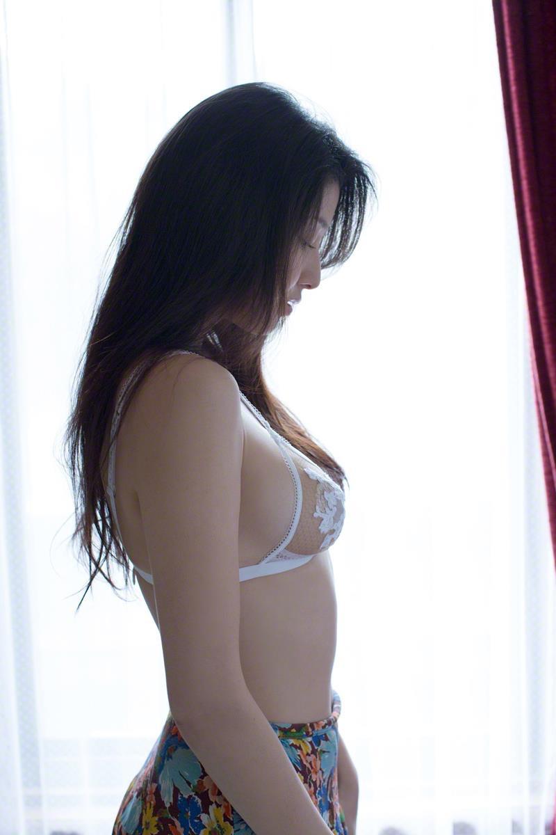 【橋本マナミグラビア画像】艶めかしい色気が魅力的なGカップ美熟女のセックスみたいなエロ写真 14