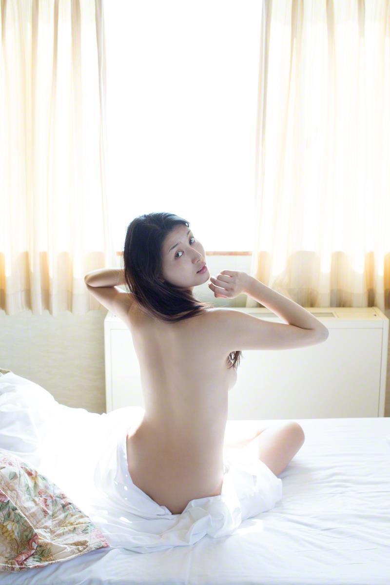 【橋本マナミグラビア画像】艶めかしい色気が魅力的なGカップ美熟女のセックスみたいなエロ写真 15