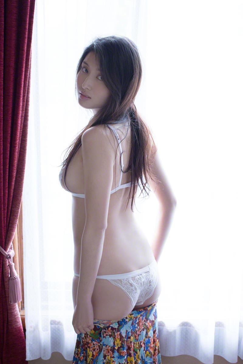 【橋本マナミグラビア画像】艶めかしい色気が魅力的なGカップ美熟女のセックスみたいなエロ写真 18