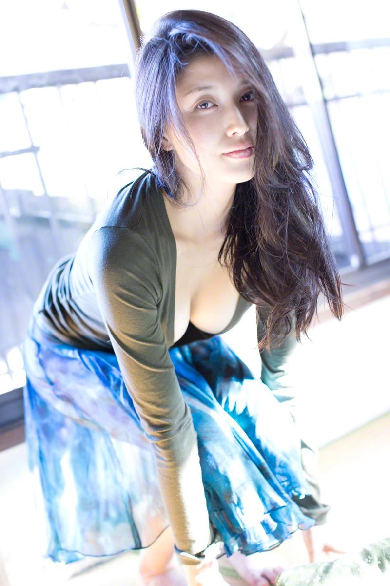【橋本マナミグラビア画像】艶めかしい色気が魅力的なGカップ美熟女のセックスみたいなエロ写真 20