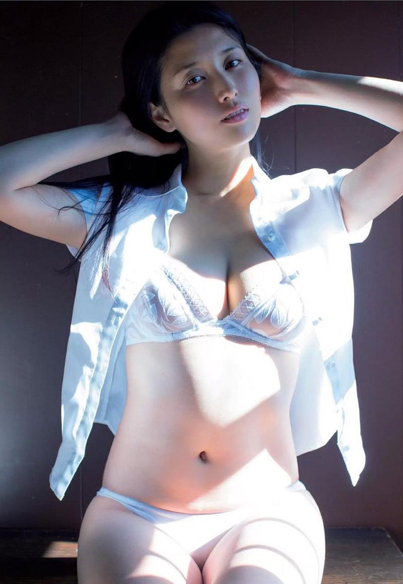 【橋本マナミグラビア画像】艶めかしい色気が魅力的なGカップ美熟女のセックスみたいなエロ写真 25