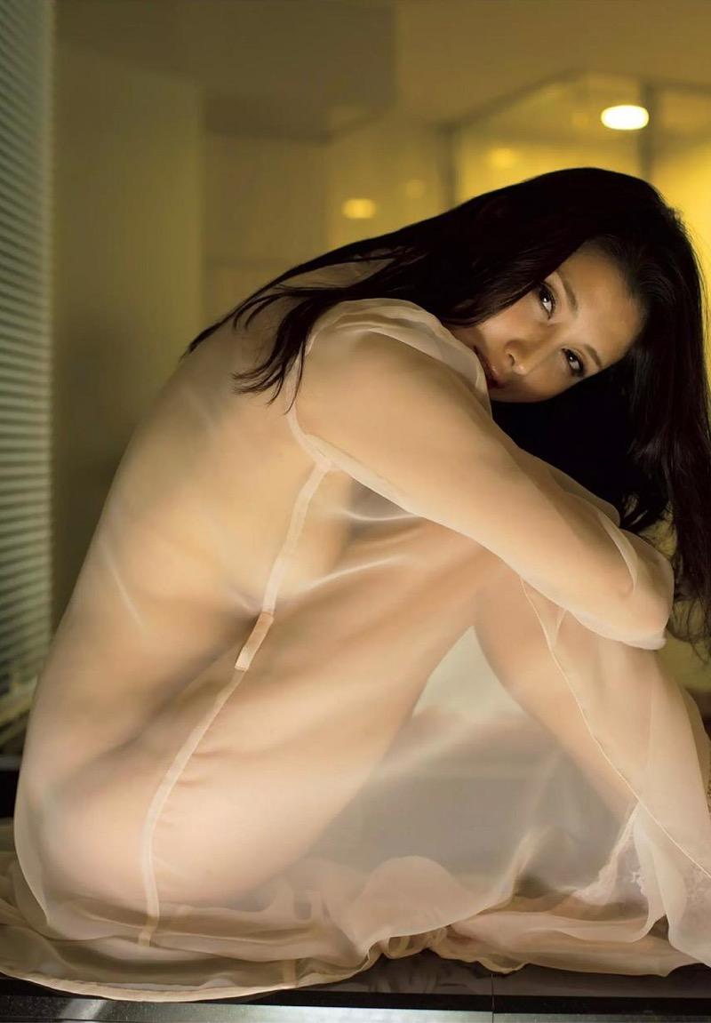 【橋本マナミグラビア画像】艶めかしい色気が魅力的なGカップ美熟女のセックスみたいなエロ写真 26