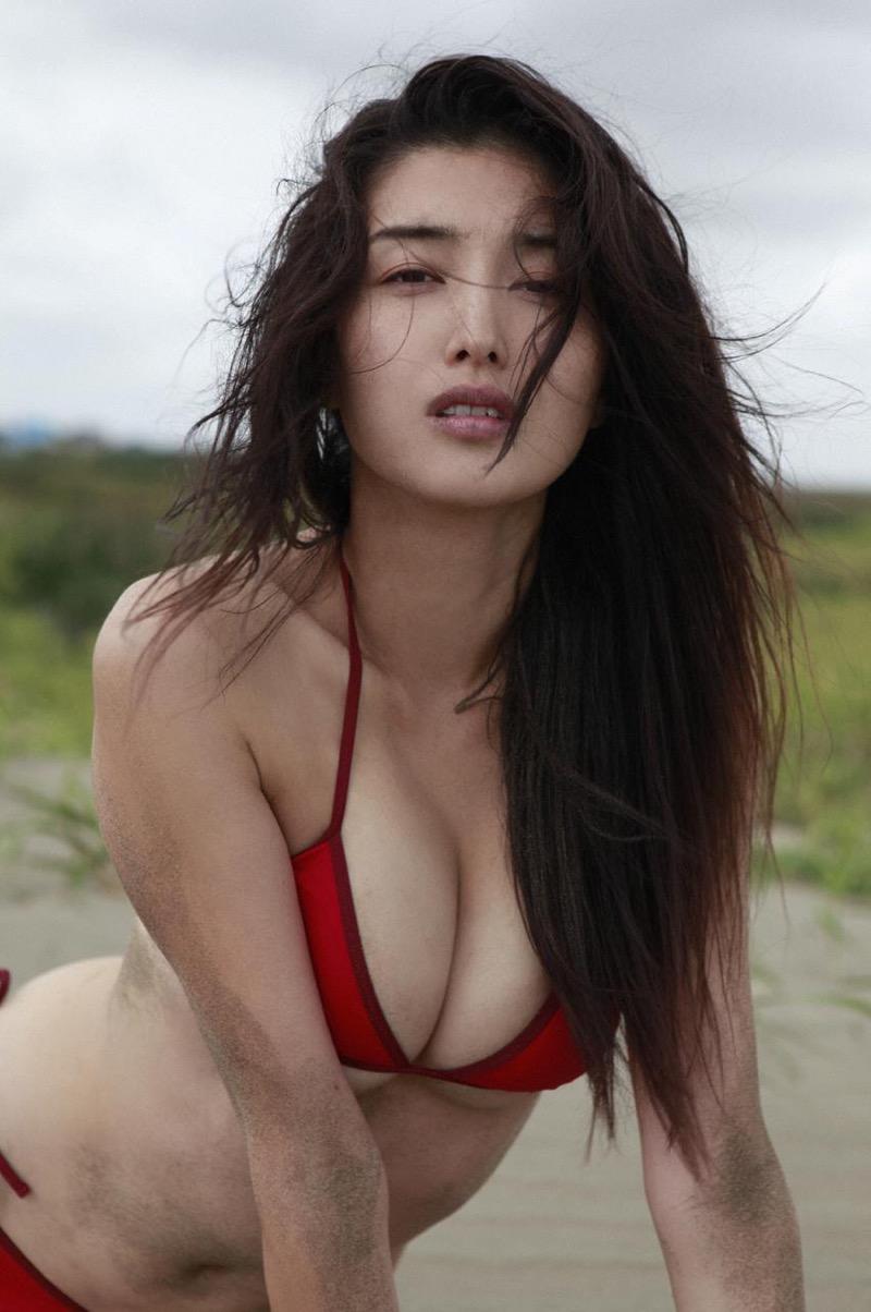 【橋本マナミグラビア画像】艶めかしい色気が魅力的なGカップ美熟女のセックスみたいなエロ写真 34