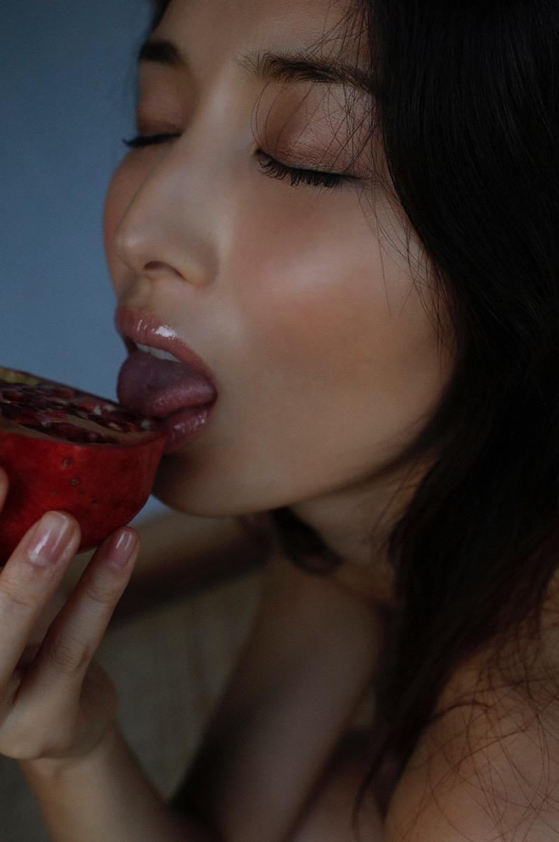 【橋本マナミグラビア画像】艶めかしい色気が魅力的なGカップ美熟女のセックスみたいなエロ写真 35