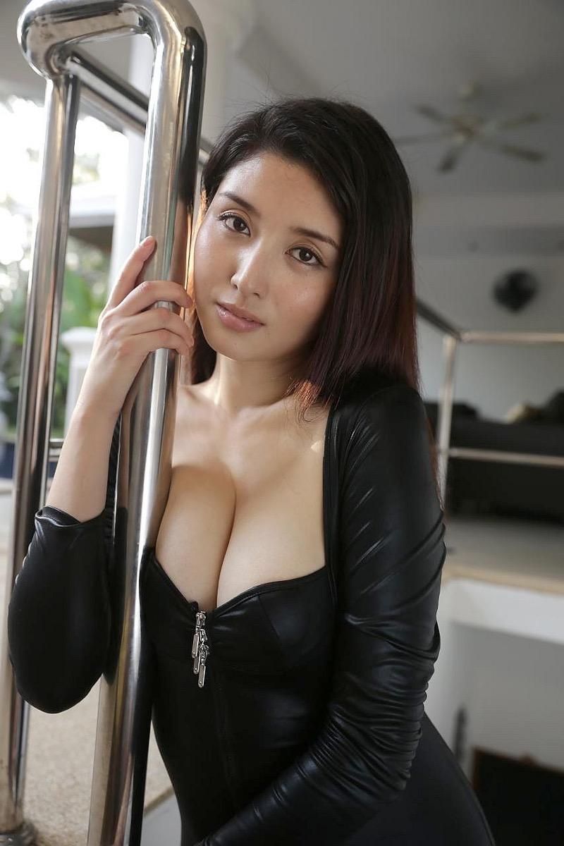 【橋本マナミグラビア画像】艶めかしい色気が魅力的なGカップ美熟女のセックスみたいなエロ写真 38