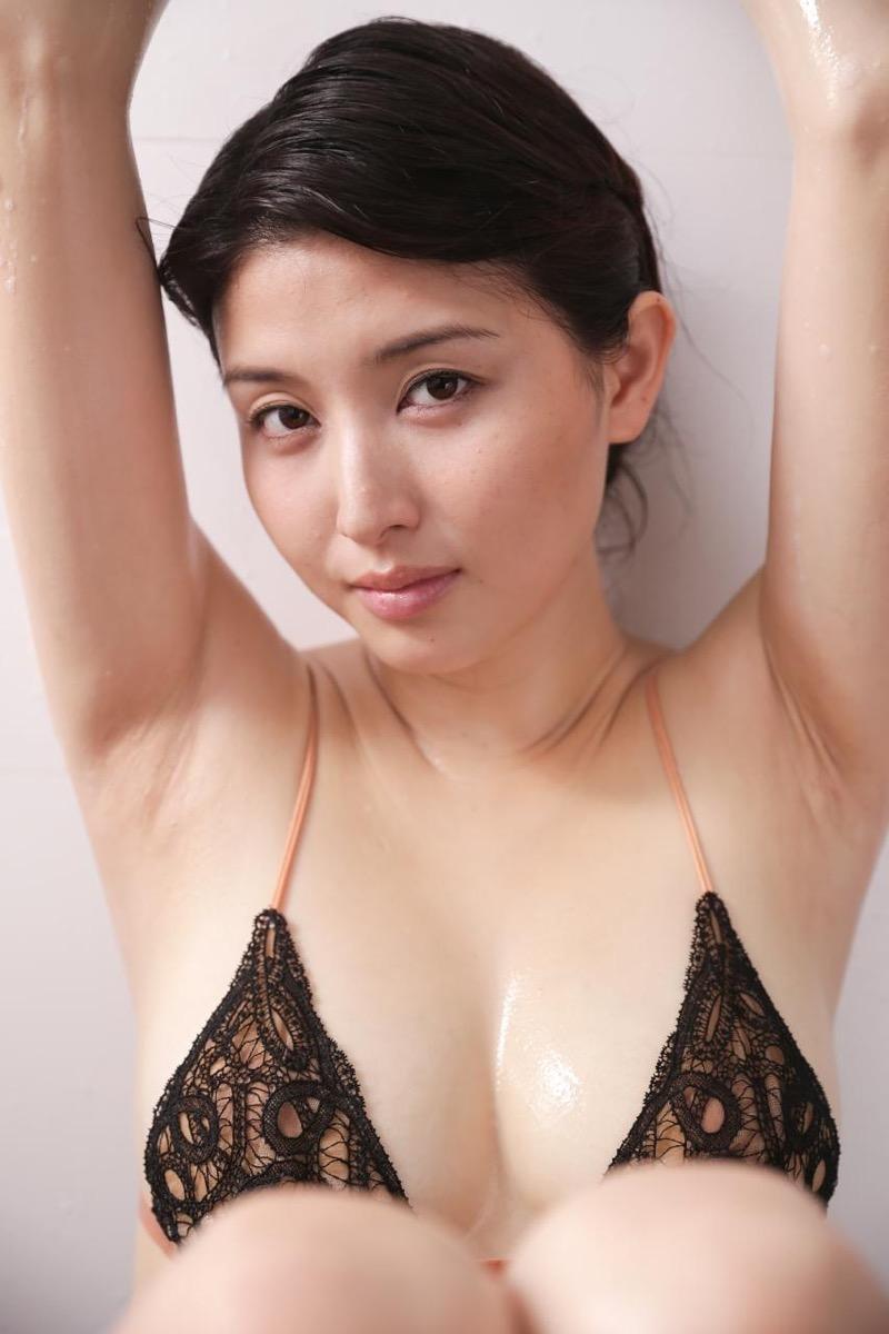 【橋本マナミグラビア画像】艶めかしい色気が魅力的なGカップ美熟女のセックスみたいなエロ写真 39