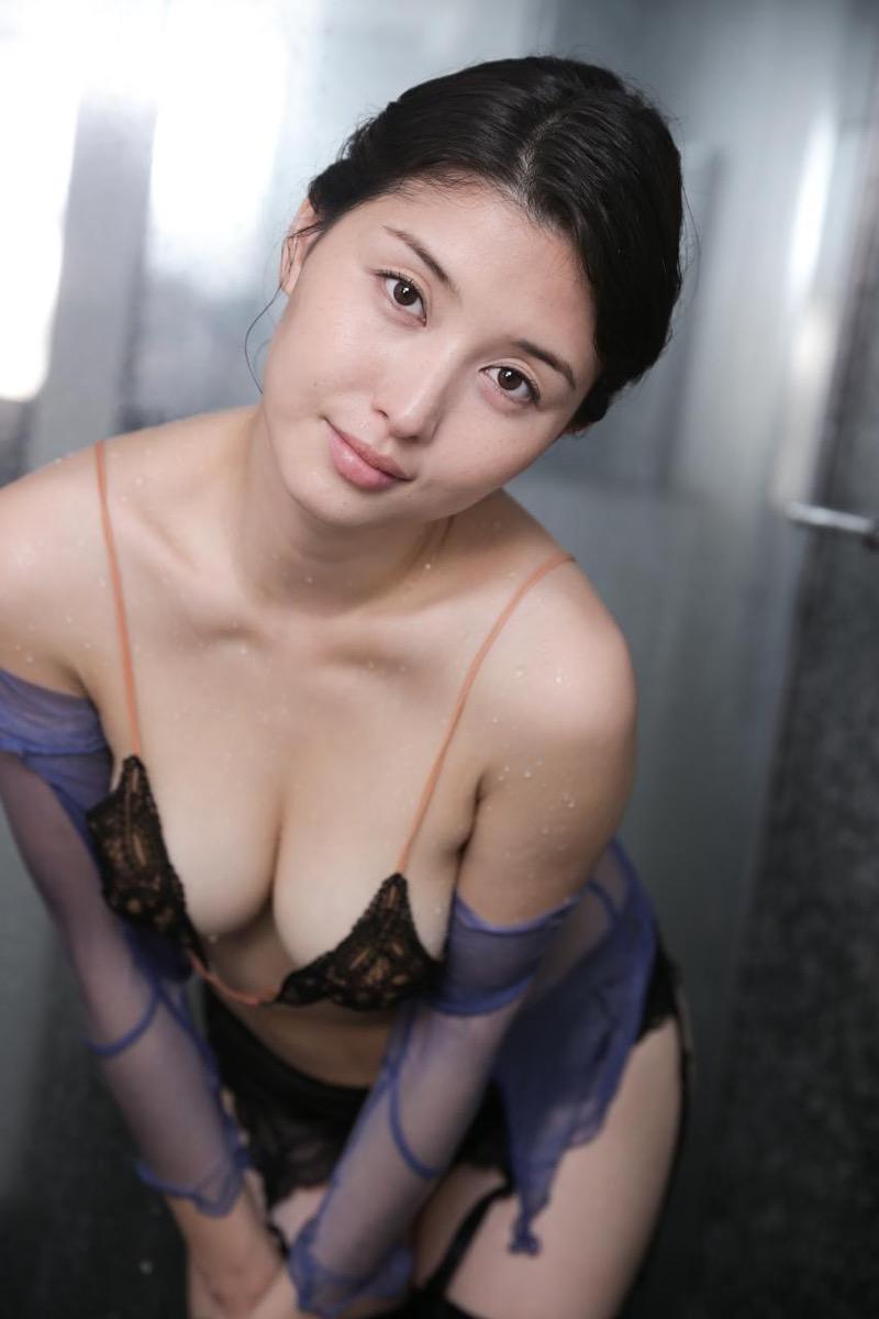 【橋本マナミグラビア画像】艶めかしい色気が魅力的なGカップ美熟女のセックスみたいなエロ写真 40
