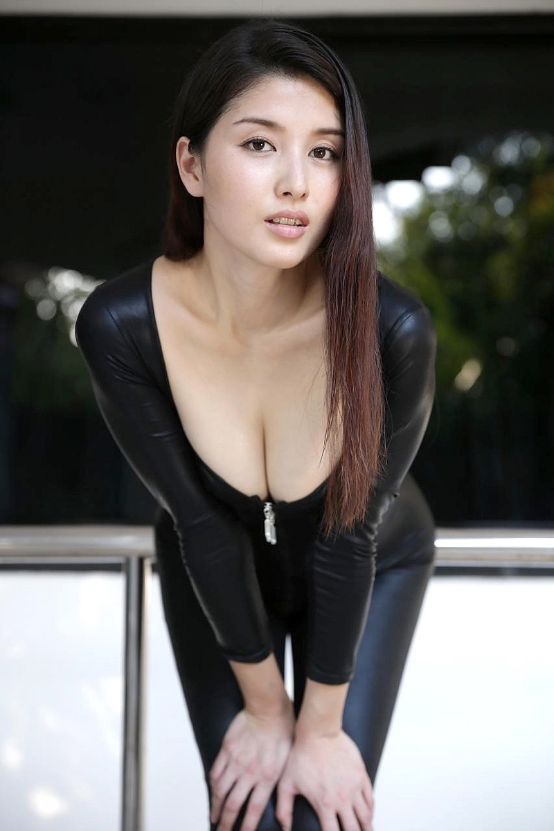 【橋本マナミグラビア画像】艶めかしい色気が魅力的なGカップ美熟女のセックスみたいなエロ写真 42