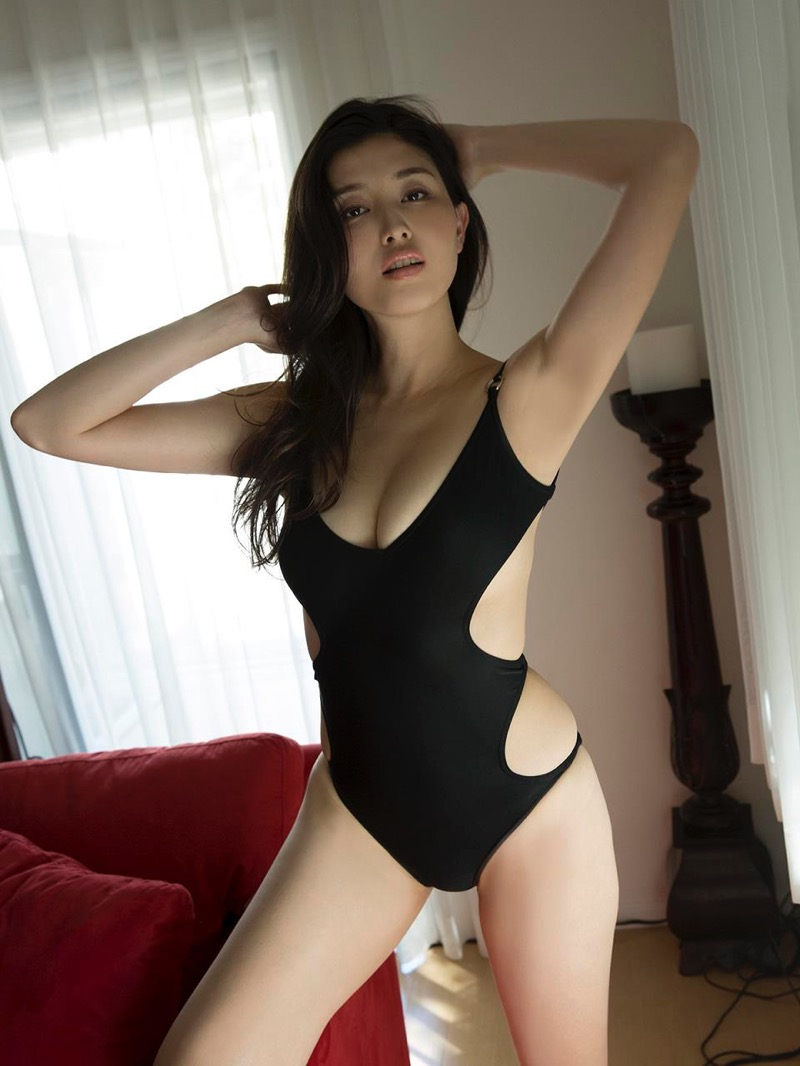 【橋本マナミグラビア画像】艶めかしい色気が魅力的なGカップ美熟女のセックスみたいなエロ写真 46