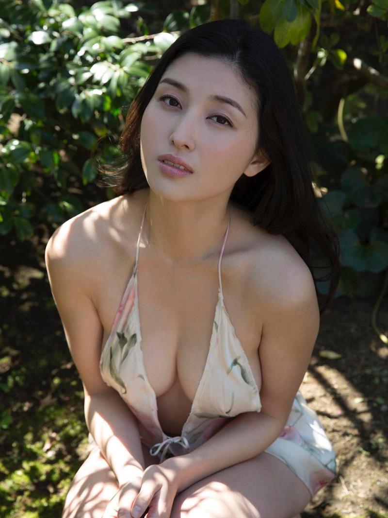 【橋本マナミグラビア画像】艶めかしい色気が魅力的なGカップ美熟女のセックスみたいなエロ写真 47