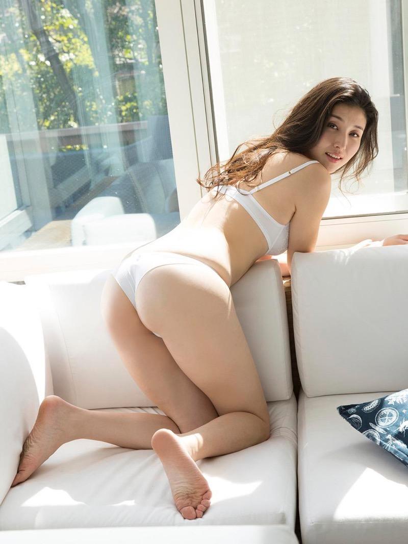 【橋本マナミグラビア画像】艶めかしい色気が魅力的なGカップ美熟女のセックスみたいなエロ写真 55