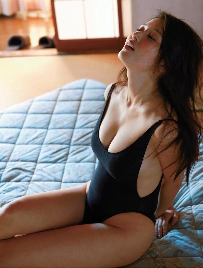【橋本マナミグラビア画像】艶めかしい色気が魅力的なGカップ美熟女のセックスみたいなエロ写真 59