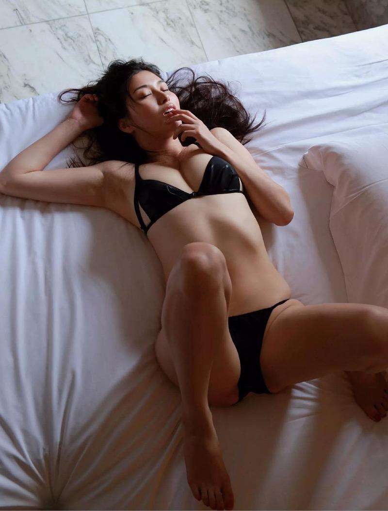 【橋本マナミグラビア画像】艶めかしい色気が魅力的なGカップ美熟女のセックスみたいなエロ写真 60