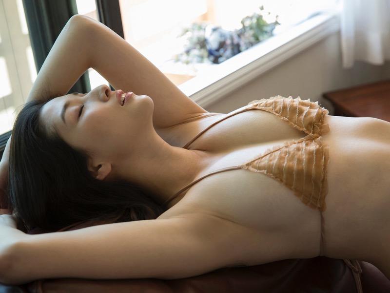 【橋本マナミグラビア画像】艶めかしい色気が魅力的なGカップ美熟女のセックスみたいなエロ写真 77