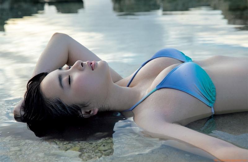 【安倍乙グラビア画像】素朴な雰囲気だけど時々感じるセクシーさが魅力的な10代の太眉美少女