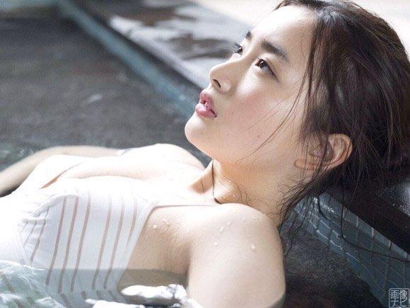 【安倍乙グラビア画像】素朴な雰囲気だけど時々感じるセクシーさが魅力的な10代の太眉美少女 70