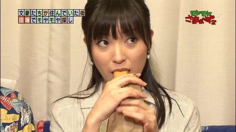 【放送事故フェラ画像】女子アナがテレビに映ってないところではこうやってチンポしゃぶってるのかなwwww 49