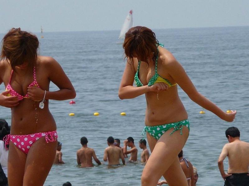 【素人水着エロ画像】真夏の海水浴場で開放的なギャルのビキニ姿をこっそり撮ったったwwww 71