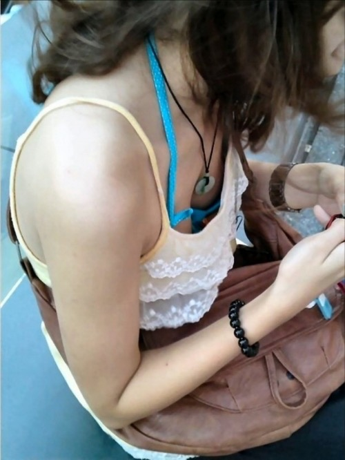 【素人娘の薄着画像】まるで熱帯地方の様な暑さに負けて乳首が見えるくらい薄着になったエロ女wwww 04