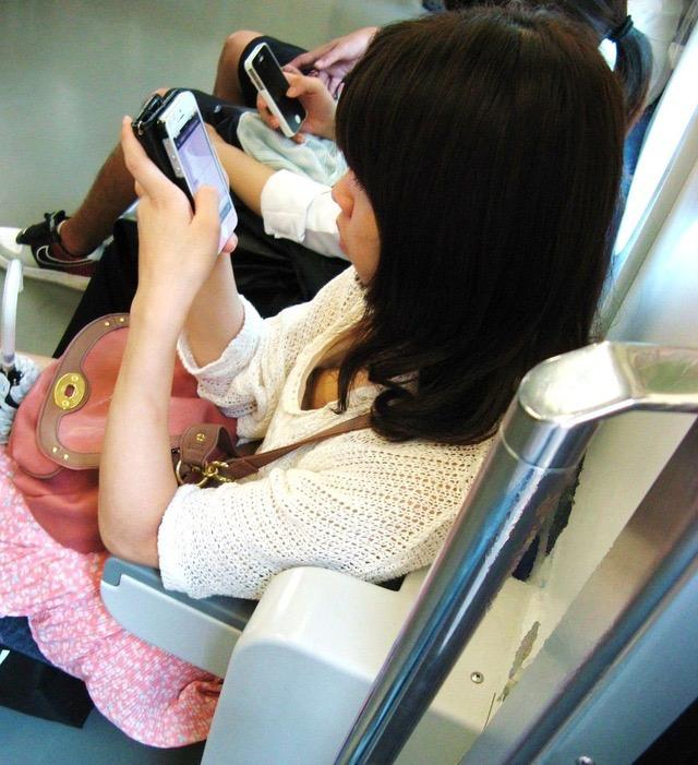 【素人娘の薄着画像】まるで熱帯地方の様な暑さに負けて乳首が見えるくらい薄着になったエロ女wwww 08