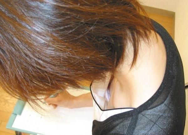 【素人娘の薄着画像】まるで熱帯地方の様な暑さに負けて乳首が見えるくらい薄着になったエロ女wwww 52