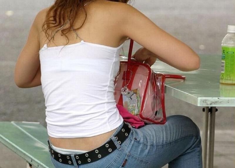 【素人娘の薄着画像】まるで熱帯地方の様な暑さに負けて乳首が見えるくらい薄着になったエロ女wwww 73