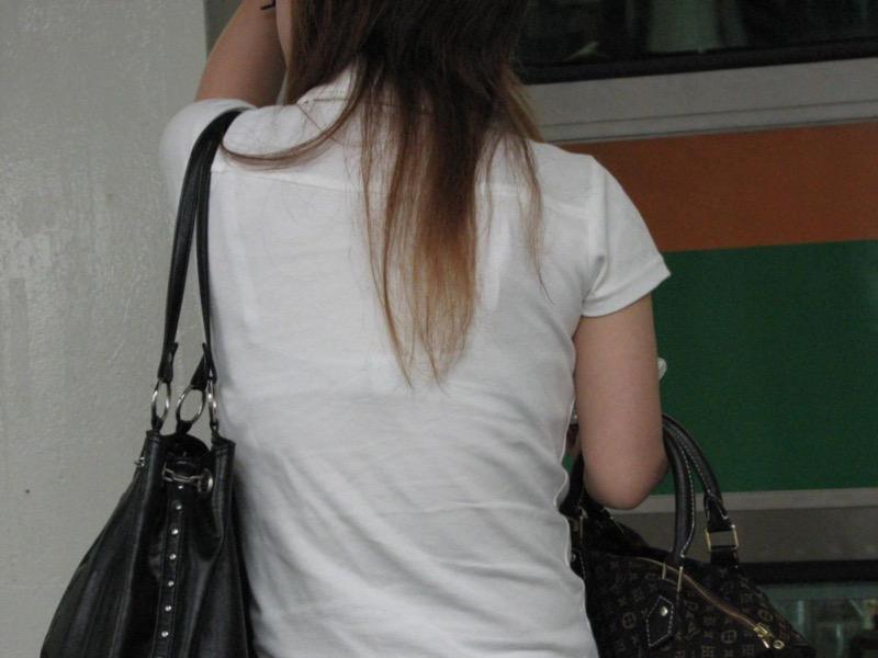 【素人娘の薄着画像】まるで熱帯地方の様な暑さに負けて乳首が見えるくらい薄着になったエロ女wwww 75