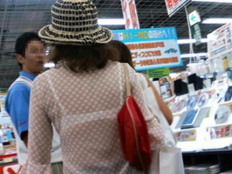 【素人娘の薄着画像】まるで熱帯地方の様な暑さに負けて乳首が見えるくらい薄着になったエロ女wwww 76