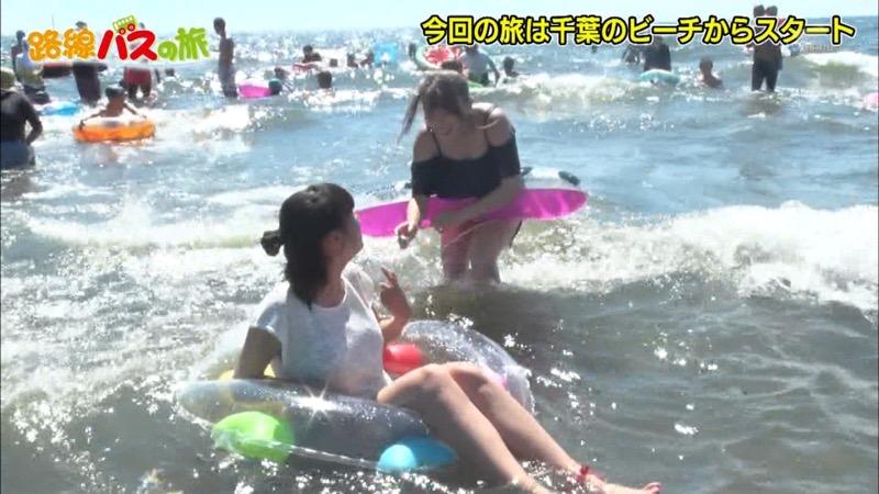 【放送事故ポロリ画像】際どい水着でテレビ出演したせいでオッパイとマンコが見えそうなんだがwwww 49