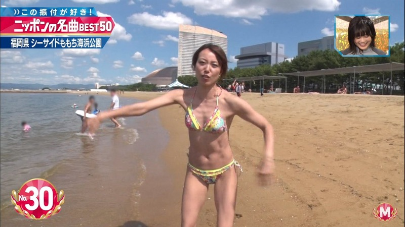 【放送事故ポロリ画像】際どい水着でテレビ出演したせいでオッパイとマンコが見えそうなんだがwwww 66