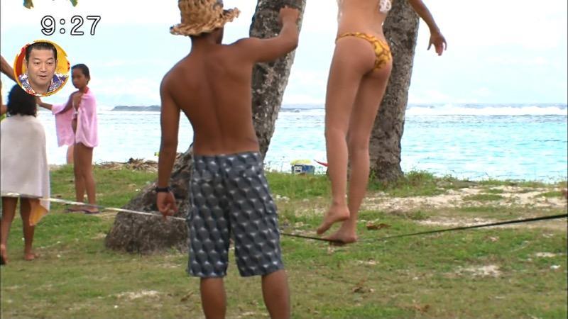 【放送事故ポロリ画像】際どい水着でテレビ出演したせいでオッパイとマンコが見えそうなんだがwwww 86