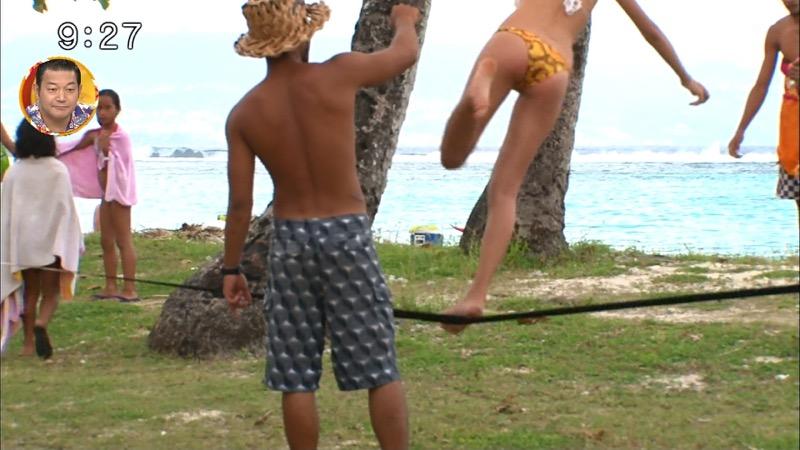 【放送事故ポロリ画像】際どい水着でテレビ出演したせいでオッパイとマンコが見えそうなんだがwwww 87