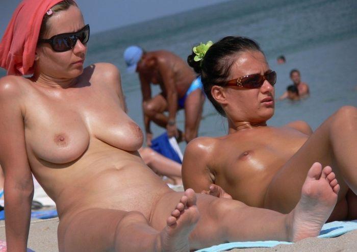 【ヌーディストビーチエロ画像】オッパイもオマンコも全て曝け出して夏を楽しむ外国人美女たち