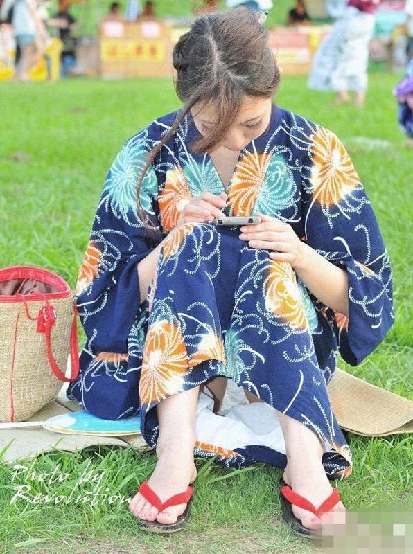 【花火大会パンチラ画像】お祭りの雰囲気や花火の綺麗さに気を取られてパンツ全開の素人娘wwww 04