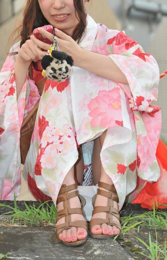 【花火大会パンチラ画像】お祭りの雰囲気や花火の綺麗さに気を取られてパンツ全開の素人娘wwww 05
